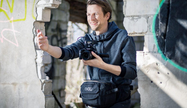 Vlogger mit EVOC Foto-Hipbag