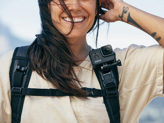 Frau mit GoPro Kamera am Rucksack