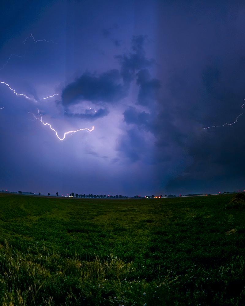 Nachthimmel mit Blitzen durch die Linse einer GoPro