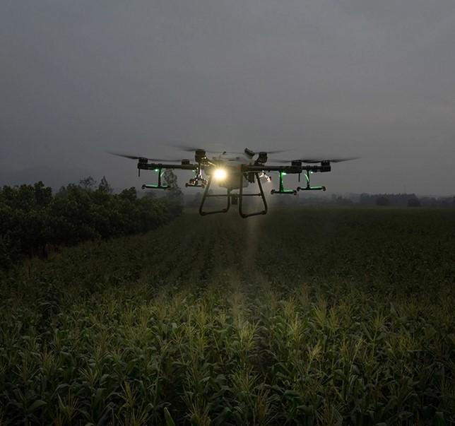 DJI Landwirtschaftsdrohne beim Einsatz in der Nacht