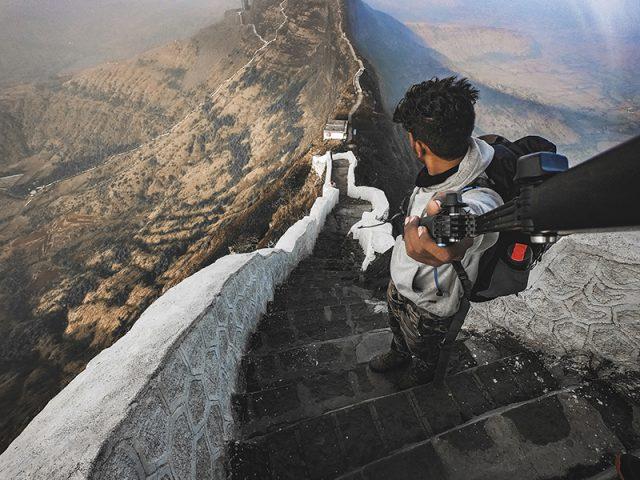 GoPro mit Selfiestick auf Bergpanorama