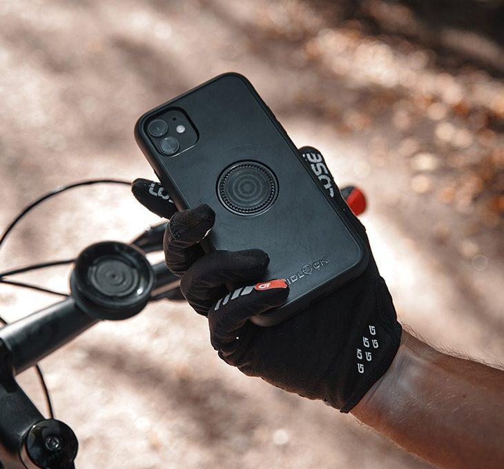 Fidlock Vacuum Phone Case in der Hand eines Mountainbikers